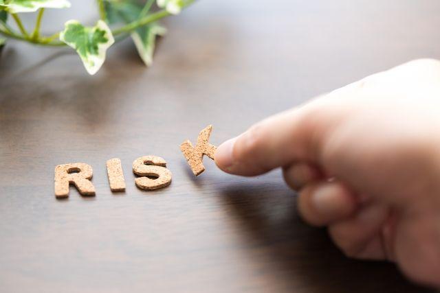 リスクの文字を机に置く人