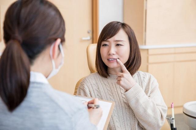矯正歯科で相談をする人物
