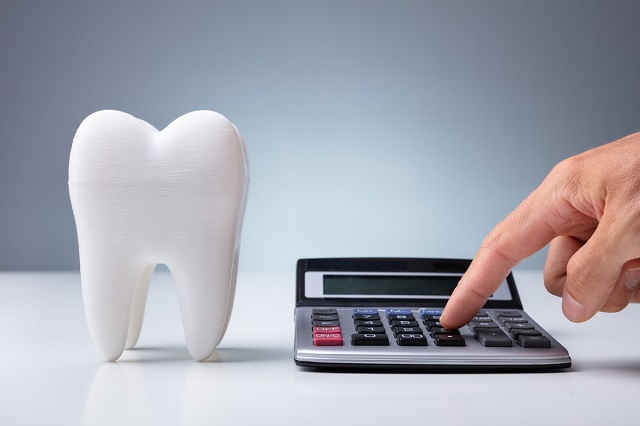 歯の模型と電卓
