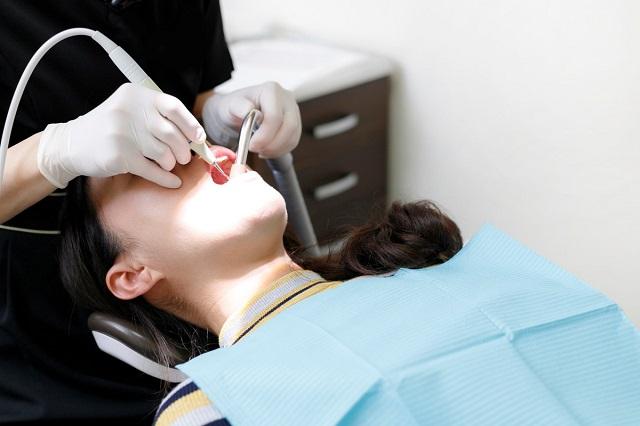 歯の治療を受ける人物